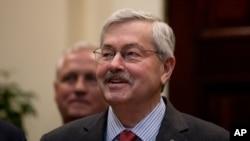 美國新任駐華大使、時任愛奧華州州長布蘭斯塔德在白宮(2017年4月26日)
