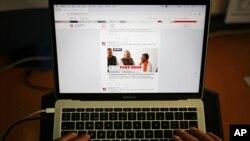 一名男子瀏覽事實檢查網站Alt News的推特帳戶。 (2019年4月2日)