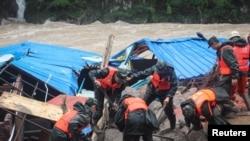 Cảnh sát tìm kiếm người mất tích tại địa điểm vụ đất lở ở Tam Minh, Phúc Kiến, ngày 8/5/2016.