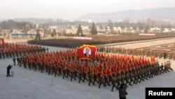 김정일 국방위원장 사망 2주기를 하루 앞둔 16일, 북한에서는 김정은 국방위 제1위원장에 대한 군의 충성 맹세 대회가 열렸다.
