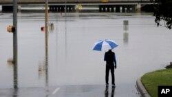 Một người đàn ông xem xét thiệt hại do nước lũ gây ra tại San Antonio, Texas, ngày 25/5/2013. Từ hai ngày qua, nhiều nơi trong thành phố này bị ngập đến 40cm.