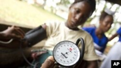 Seorang ibu hamil tengah diperiksa tekanan darahnya di sebuah rumah sakit di Sierra Leone (foto: dok). Afrika memiliki angka kematian ibu melahirkan (AKI) yang tinggi.