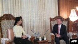 سناتور جيمز وب خواستار تشويق دولت برمه شد