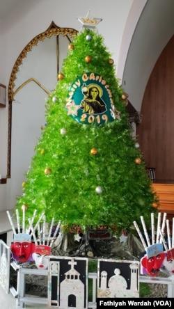 Salah satu pohon Natal yang dilombakan terbuat dari botol plastik di Gereja Santa Clara, Bekasi, 24 Desember 2019. (Foto: Fathiyah Wardah)