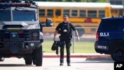 Полиция прибыла на место стрельбы в школе в Арлингтоне, Техас, 6 октября 2021 года