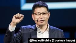 Le PDG du Huawei Richard Yu montre Kirin970, première puce d'intelligence artificielle pour mobile, prenant de cours ses deux concurrents immédiats, Samsung et Apple, lors du salon de l'électronique de Berlin (IFA), 2 septembre 2017. (Twitter/ @HuaweiMobi