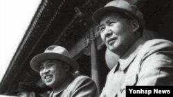 지난 1954년 10월 1일 중국 베이징 톈안먼 성루에서 김일성 전 북한 주석(오른쪽 둘째)과 마오쩌둥 전 중국 주석(오른쪽)이 열병식을 함께 지켜보고 있다. (자료사진)