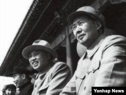 지난 1954년 10월 1일 중국 베이징 톈안먼 성루에서 김일성 전 북한 주석(오른쪽 둘째)과 마오쩌둥 전 중국 주석(오른쪽)이 열병식을 함께 지켜보고 있다.