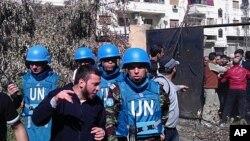 Cư dân thành phố Homs, Syria nói chuyện với Đại tá Ahmed Himmiche (phải) trong đoàn quan sát viên LHQ khi phái đoàn này đến thăm quận Khalidiya