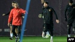 L'entraîneur de Barcelone Ernesto Valverde, à gauche, s'entretient avec l'attaquant argentin Lionel Messi lors d'une séance d'entraînement au centre sportif Joan Gamper du FC Barcelona à Sant Joan Despi, près de Barcelone, 25 novembre 2017.