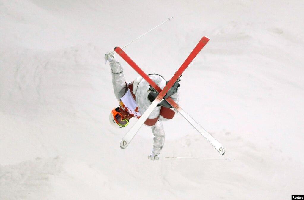 2018 평창동계올림픽에 출전하는 캐나다의 마이클 킹스버리 선수가 평창 피닉스 스노우 파크에서 프리스타일 스키 훈련을 하고 있다.