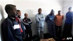 Những người bị nghi ngờ là lính đánh thuê Châu Phi tại tòa ở Benghazi, Libya, 25/2/2011