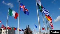 Bendera-bendera negara di markas besar NATO di Brussels.
