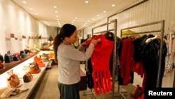 ັ້A clothing store: ຮ້ານຂາຍເສື້ອຜ້າ