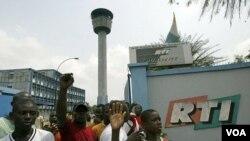Para pendukung Gbagbo saat menduduki stasiun pemancar televisi nasional (RTI) di Abidjan (foto: dok.) Pertempuran antar pendukung pecah di dekat stasiun RTI, Sabtu.
