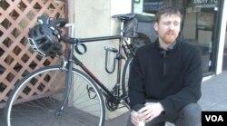 洛杉磯市民費扎羅騎腳踏車上班。