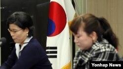 2011년 11월 북한 인권 실태 관련 기자회견에 참석한 탈북 여성들. (자료사진)
