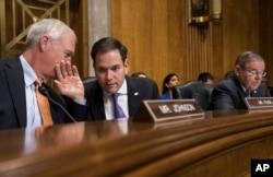 来自佛罗里达州的共和党联邦参议员鲁比奥(Marco Rubio,中)在参议院(2018年1月9日)