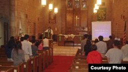 미국 내 첫 탈북자 교회인 '빛나리 교회' 교인들의 예배드리는 모습.