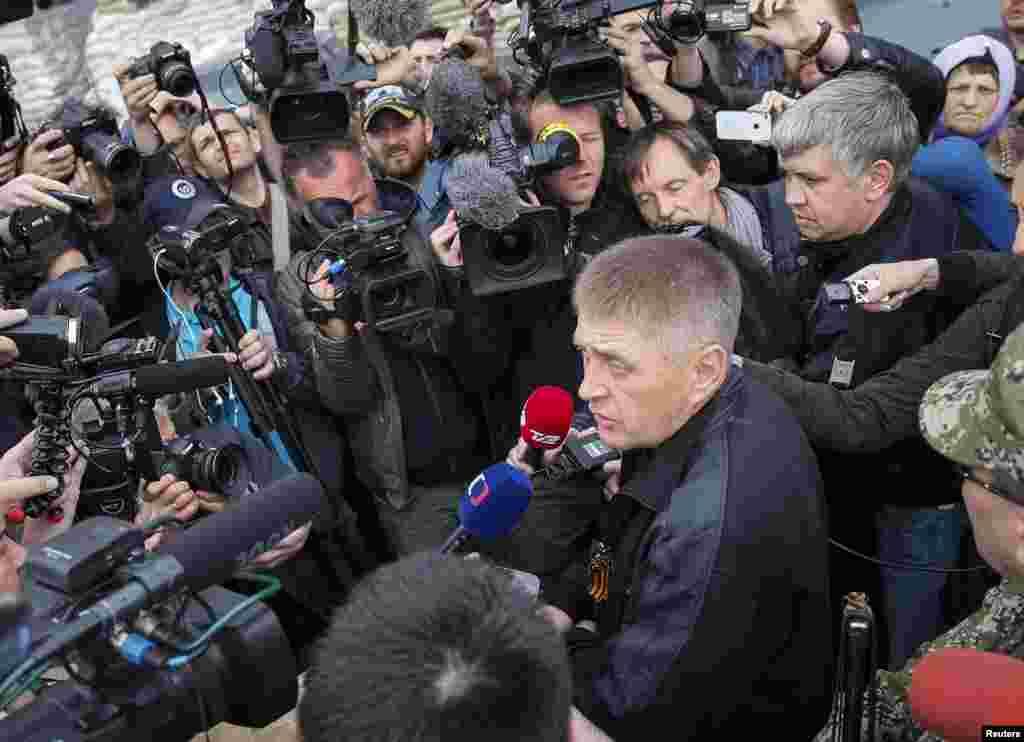 واچسلاو پونوماریوف، شهردار خودخوانده اسلوویانسک در حال گفتگو با خبرنگاران - ۲۸ آوریل ۲۰۱۴