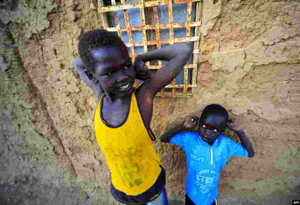 6 Ocak: Hartum'un kenar mahallelerinde yaşayan güney Sudanlı çocuklar (Mohamed Nureldin Abdallah/Reuters)
