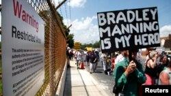 Manifestantes piden la liberación del soldado Bradley Manning, en las afueras del Fuerte Meade, Maryland, donde se lleva a cabo el juicio en su contra.