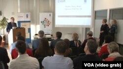 """Predstavljanje najnovijeg istraživanja UNDP-a """"Puls javnosti"""" u Prištini (Foto: VOA)"""