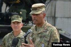 22일 오산 미 공군기지 합동회견에서 발언하고 있는 빈센트 브룩스 미-한 연합사령관. (사진공동취재단)
