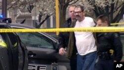 Nghi can vụ xả súng Frazier Glenn Cross, 73 tuổi, người lâu nay theo chủ nghĩa xem người da trắng là siêu việt và thành viên của tổ chức Ku Klux Klan.