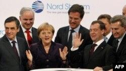 Європейські високопосадовці на чолі з канцлером Німеччини Ангелою Меркель та президентом Росії Дмитром Медведєвим святкують відкриття газогону