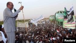 President Omar Hassan al-Bashir addresses a crowd in North Khartoum, June 8, 2013.