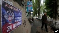 """Poster kampanye referendum yang bertuliskan """"Referendum 11 Mei, YA untuk Republik Rakyat Donetsk"""" di Slovyansk, Ukraina Timur (10/5). (AP/Dako Vojinovic)"""