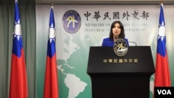 台湾外交部发言人欧江安2019年10月31在简报会上回应媒体提问。(美国之音齐勇明摄)