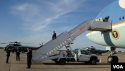 President Donald Trump disembarking from Air Force One at Joint Base Andrews, Maryland, April 9, 2017. (Photo: S. Herman / VOA)