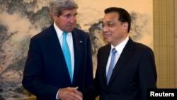 10일 중국 베이징에서 진행된 제6차 전략경제대화에서 존 케리 국무장관(왼쪽)이 중국의 리커창 총리와 악수하고 있다.