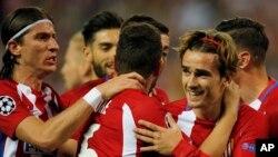 Les joueurs d'Atletico célèbrent après le but de leur coéquipier Antoine Griezmann, à droite, sur penalty, lors du match de quart de finale de la Ligue des Champions entre l'Atlético de Madrid et Leicester City au stade Vicente Calderon à Madrid, Espagne,