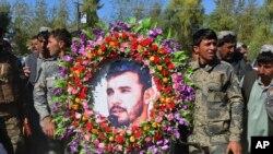 阿富汗軍人為死去的坎大哈省警察局長拉齊克舉行葬禮。