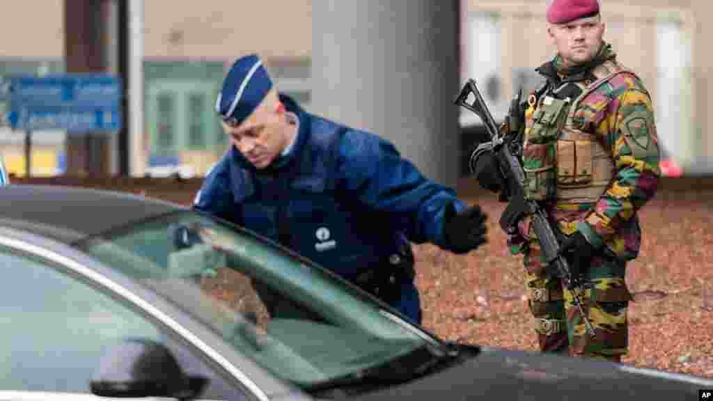 Un policier contrôle une voiture à l'aéroport de Zaventem, Bruxelles, 23 mars 2016.