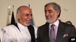 ប្រធានាធិបតីអាហ្វហ្គានីស្ថាន Ashraf Ghani (ឆ្វេង) និងលោក Abdullah Abdullah ប្រធានប្រតិបត្តិ នៅក្នុងសន្និសីទសារព័ត៌មានមួយ ក្នុងឆ្នាំ២០១៤។