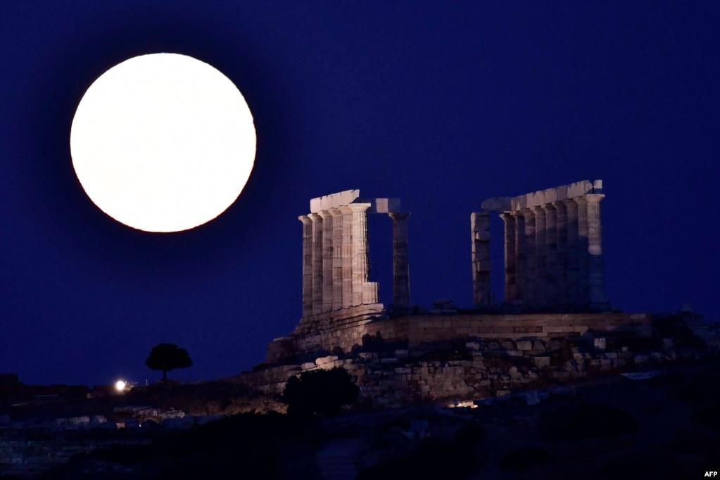 """一轮满月照耀希腊雅典附近的古代波塞冬神庙——又名海神庙——的残存部分(7月9日)。抚今思昔,明月依旧,神殿已非。""""今人不见古时月,今月曾经照古人。 古人今人若流水,共看明月皆如此。 """""""
