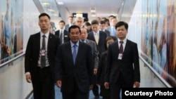 លោកនាយករដ្ឋមន្ត្រី ហ៊ុន សែន និងគណៈប្រតិភូកម្ពុជាស្ថិតនៅក្រុងហុងកុងដើម្បីបន្តដំណើរទៅសហរដ្ឋអាមេរិកដើម្បីចូលរួមកិច្ចប្រជុំកំពូលអាស៊ាន-អាមេរិកនៅទីរមណីយដ្ឋាន Sunnylands រដ្ឋកាលីហ្វ័រញ៉ា។ (ថតពីទំព័រហ្វេសប៊ុក Samdech Hun Sen, Cambodian Prime Minister)