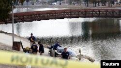 Các nhân viên FBD đang tìm kiếm chứng cứ tại hồ Seccombe, liên quan đến vụ xả súng ở San Bernardino, ngày 10/12/2015.