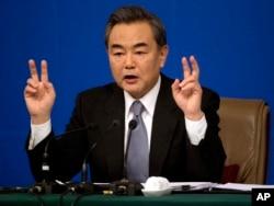 Bộ trưởng Ngoại giao Trung Quốc Vương Nghị nói rằng nước ông có quyền thực hiện những hoạt động xây dựng và phát triển vùng đất quanh các đảo và bãi đá ở Biển Đông.