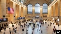 Suasana lalu lalang para komuter di Terminal Grand Central, New York, 10 Maret 2020. (Foto: dok)