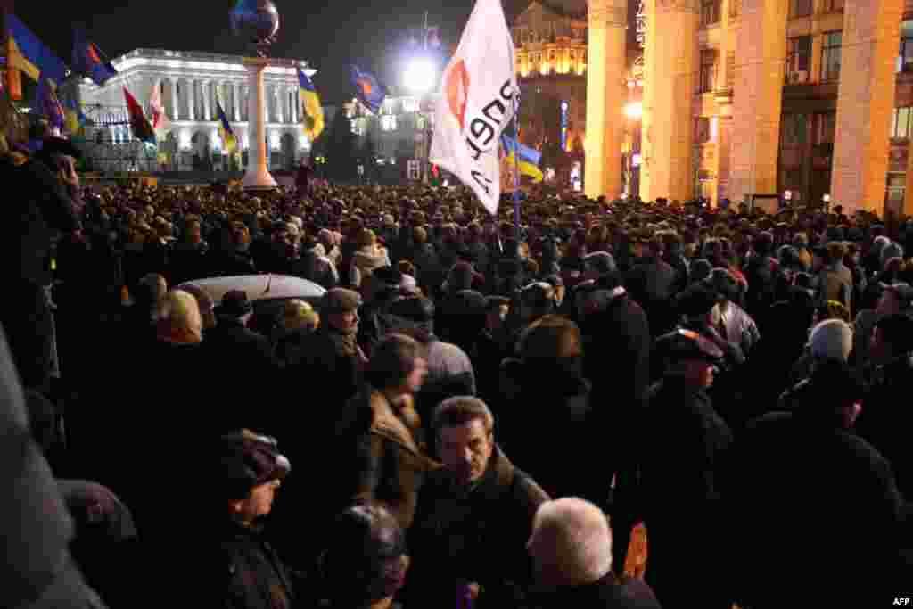 На запрещенный судом митинг по случаю Дня свободы пришло не меньше тысячи - полторы тысячи украинцев