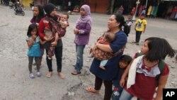 Cư dân hoảng loạn chạy ra khỏi nhà trong trận động đất ở Bener Meriah, tỉnh Aceh, Indonesia, ngày 2/7/2013.