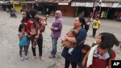 Des familles qui ont fui de leurs maisons après un séisme, province d'Aceh, Indonésie, le 2 juillet 2013.(AP Photo/Ahmad Ariska)