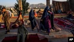 کابل میں کھلے آسمان تلے بازار میں افغان خواتین اپنی گزر اوقات کے لیے گھر کی چیزیں فروخت کر رہی ہیں 16 ستمبر 2021