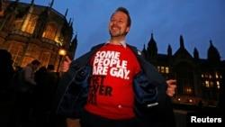 """Un hombre, que participa de una marcha a favor de los matrimonios Gay en Nueva York, camina con una camisa que dice """"Algunas personas son gay, ¡supérenlo!"""""""