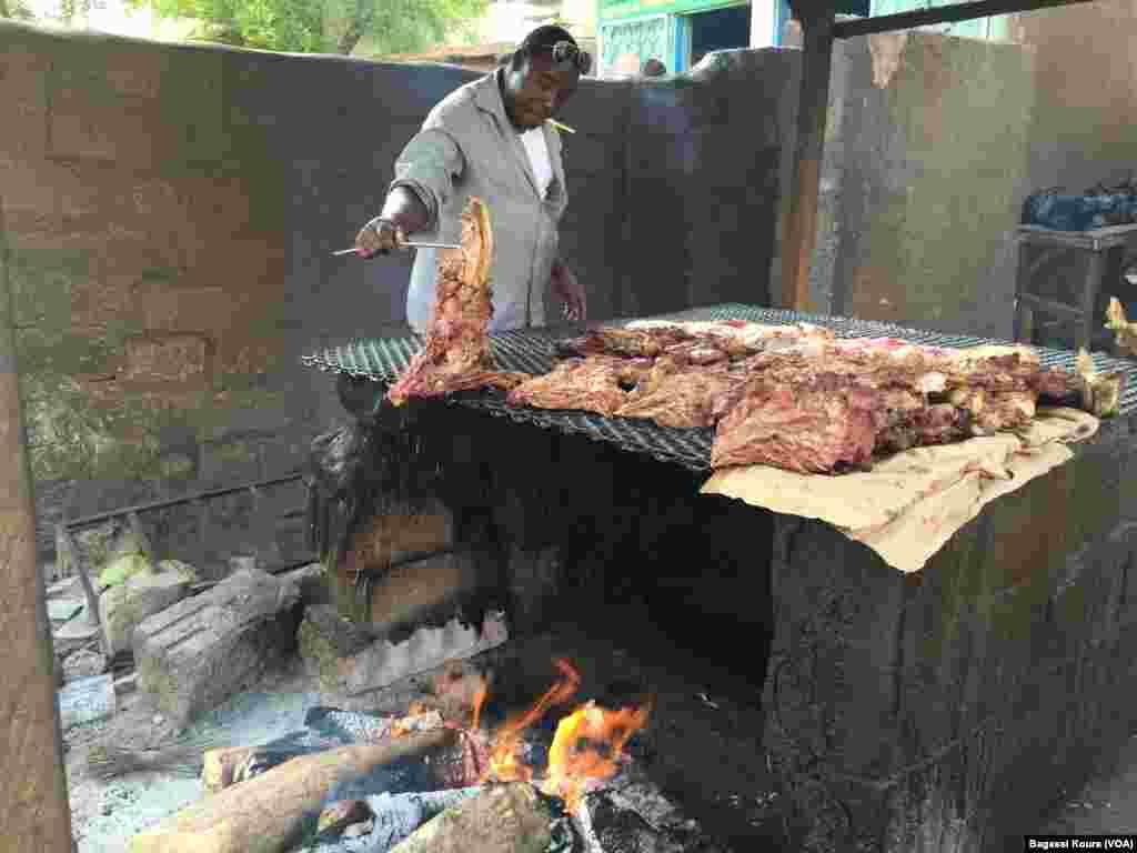 Un vendeur de viande grillée dans les rues de Niamey, 16 mars 2016. (VOA/Bagassi Koura)